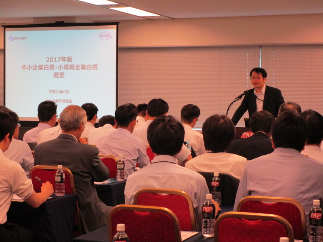 中小企業庁・山田経済産業調査員(右上)と熱心にメモを取る参加者