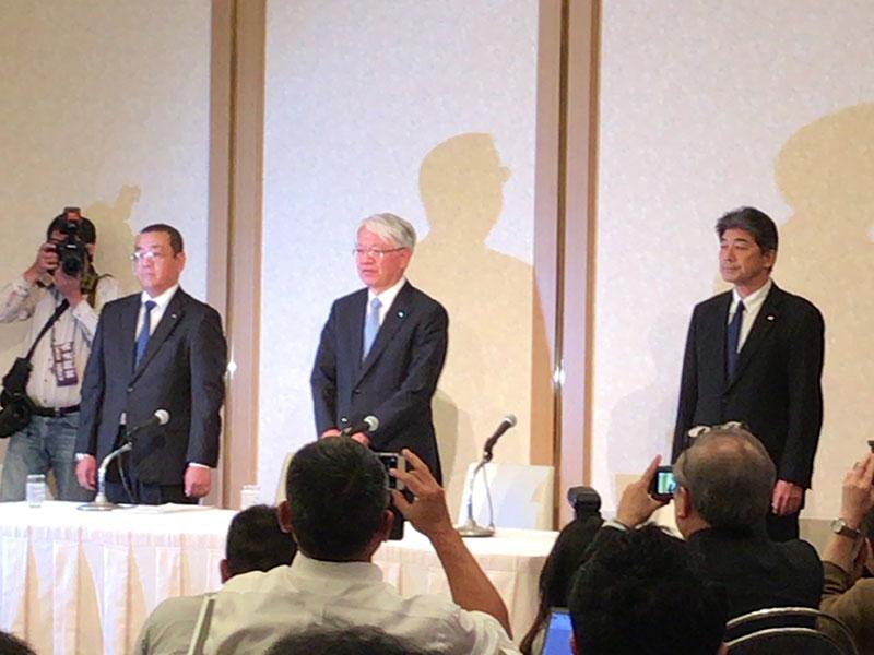 会見する川崎会長兼社長(中央)
