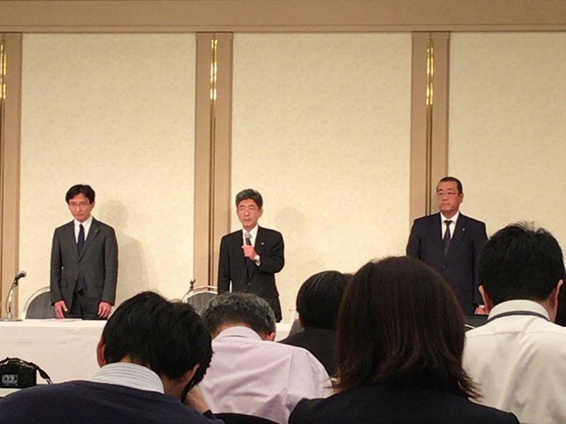 神戸製鋼所会見、会見する梅原副社長(中央)