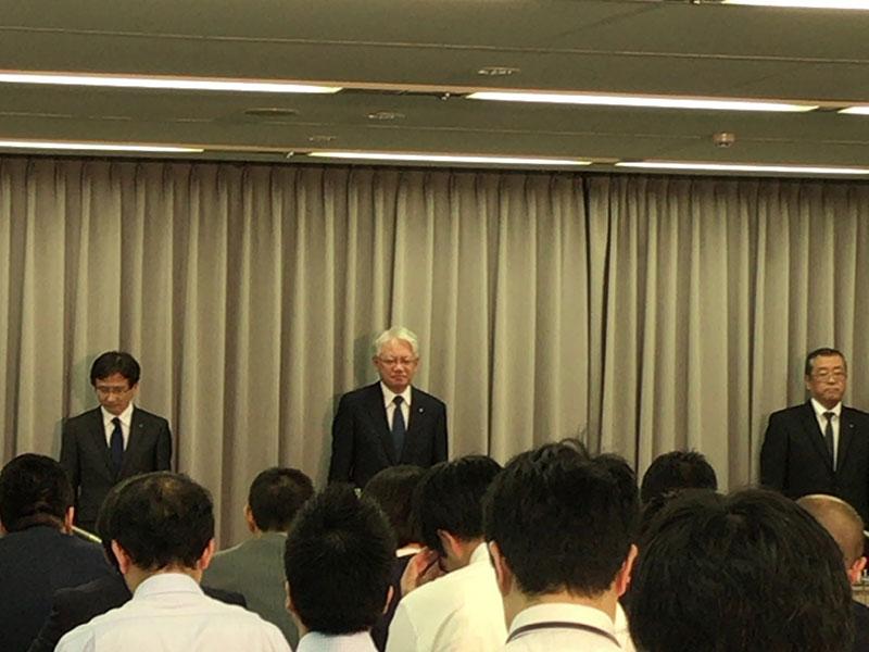 会見する川崎代表取締役会長兼社長(中央)