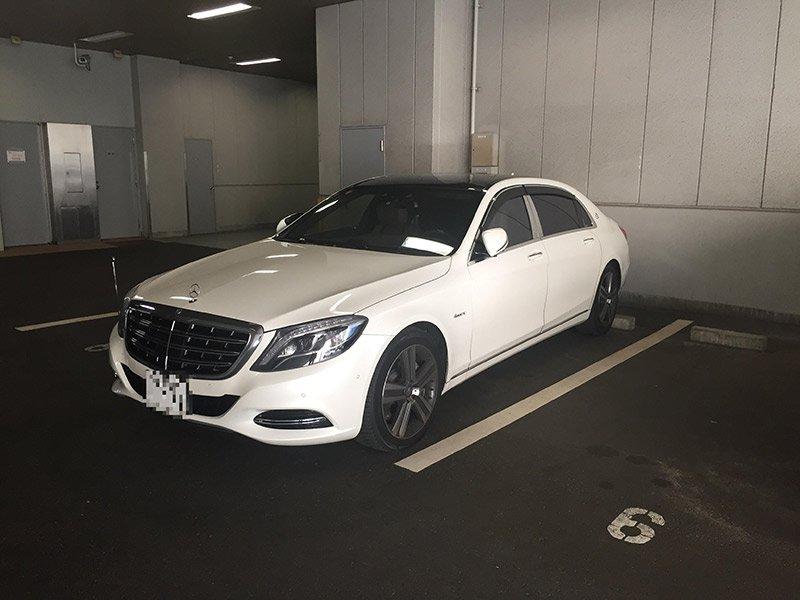ジャパンライフの駐車スペースに止まる高級車