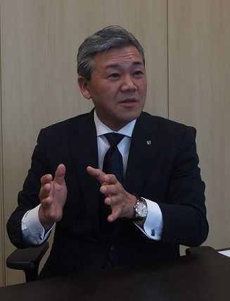 インタビューに応じる津久井宏社長