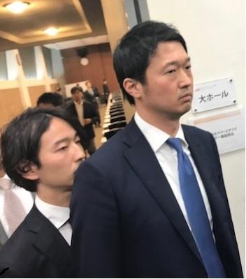 赤間健太代表(左)と前代表の菅澤聡氏(4月12日)