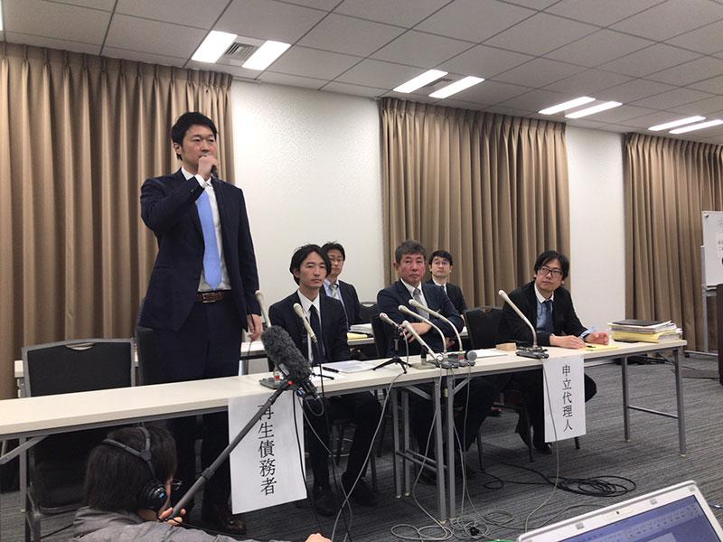会見するスマートデイズ関係者(4月14日都内、左から菅澤前社長、赤間代表)
