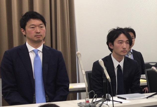赤間代表(右)と菅澤前社長(4月14日、都内)