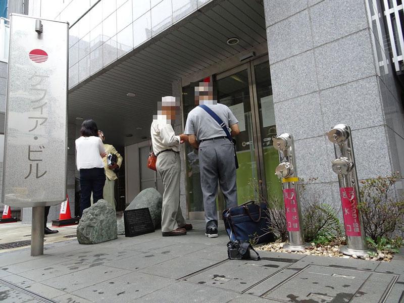 破産の告示書をみる会員(ケフィア本社、9月撮影)