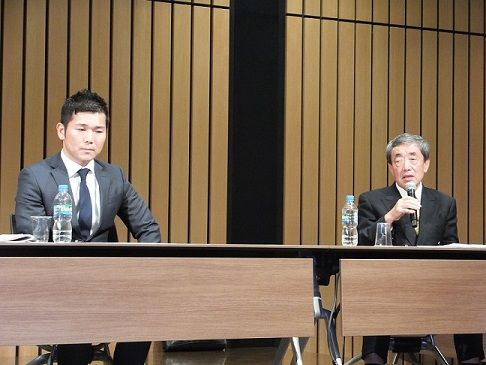 会見する瀬戸社長(左)と松本氏