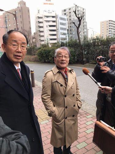 取材に応じる山口弁護士(左)と河合弁護士