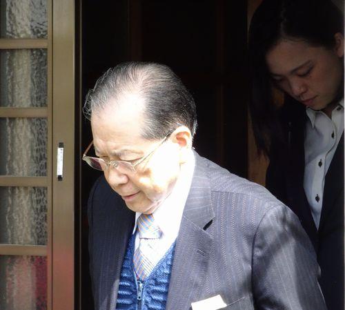 自宅から出る山口元会長(4月25日、都内)