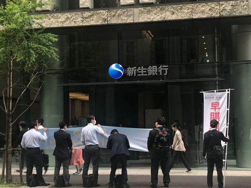 新生銀行前の呼びかけ(5月15日午前8時過ぎ)