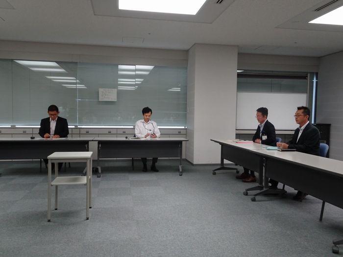 TATERU関係者を待つ国土交通省の担当者(6月21日)