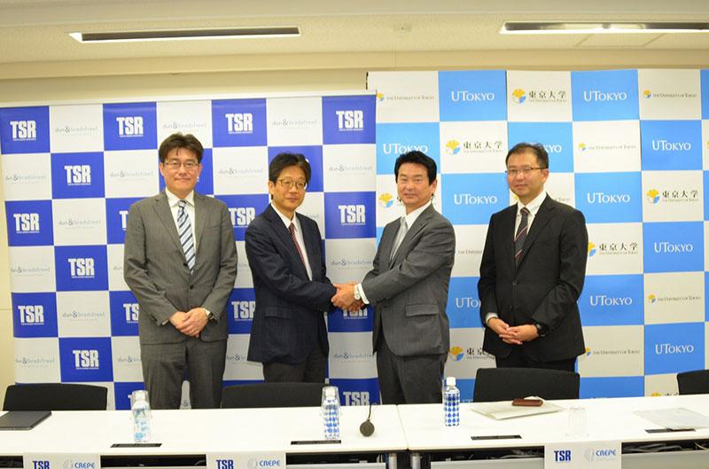 左から東大・川口教授、渡辺教授、TSR・河原社長、柳岡課長