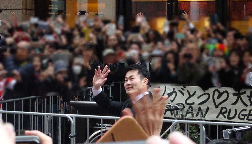 パレードで手を振る福岡選手(12月11日)